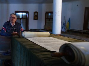 ukraine_yakov-sklarsky-visiting-the-synagogue-of-bershad